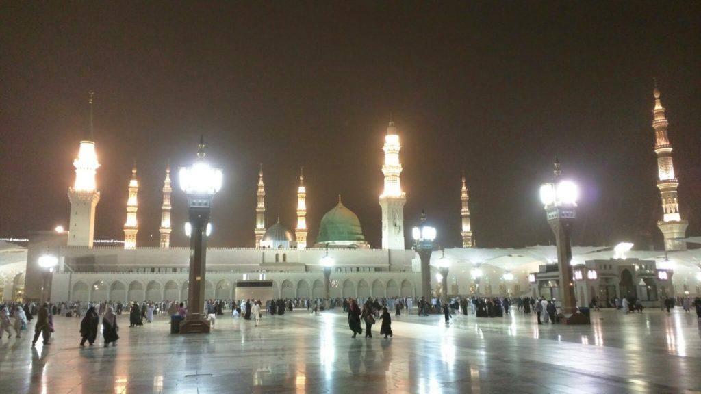 Al Masjid an Nabawi at night.